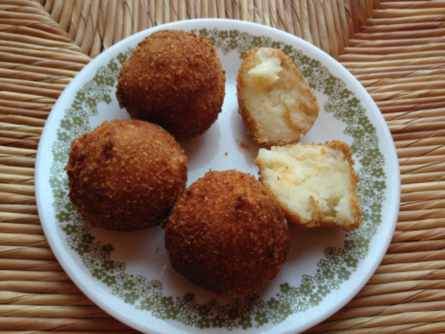 Cheesy fried potato balls